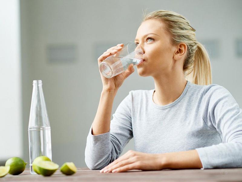 Cách chăm sóc da mặt bằng việc uống nhiều nước để da mặt mềm mại, mịn màng và rạng rỡ